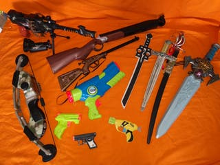 Lote de juguetes armas espadas.