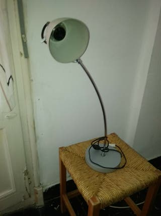 lampara sobre mesa
