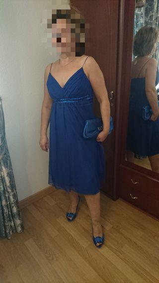 vestido corto, con zapatos y bolso