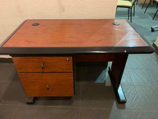 Mesa de despacho antigua, pequeña.