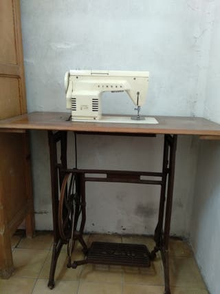 Maquina de coser. Marca SINGER