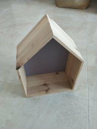 Repisa, estantería con forma de casa, de madera.