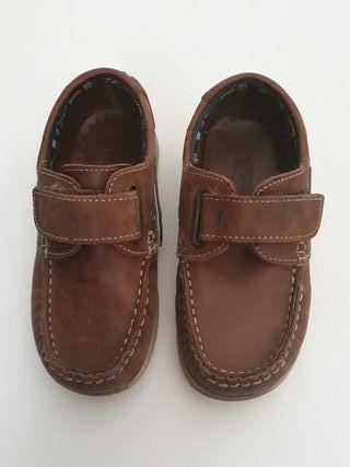 zapatos marrones piel para niño. tipo mocasín. tal