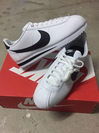 Zapatillas Nike N.40.5 con etiquetas