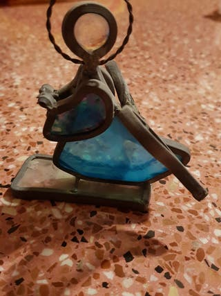 figura en bronce con cristales