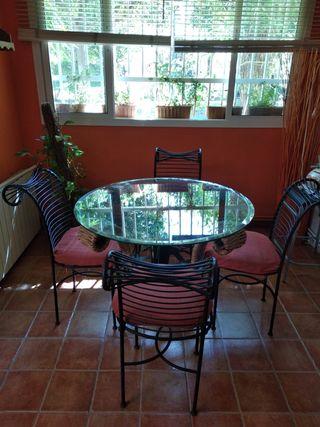 Juego de mesa y 4 sillas de hierro forjado