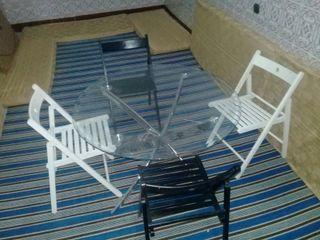 mesa de crystal con sus sillas