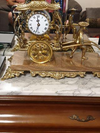 figura antigua con reloj