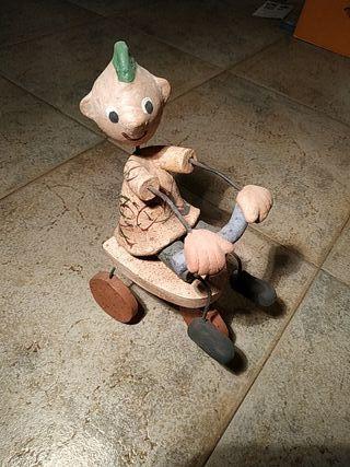 Figura de cerámica artesanal niño en bicicleta