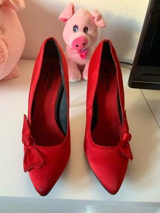 Zapatos rojos de blanco