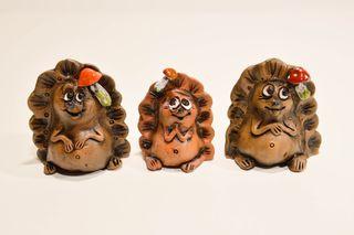 Figura de cerámica hecha a mano erizo en miniatura