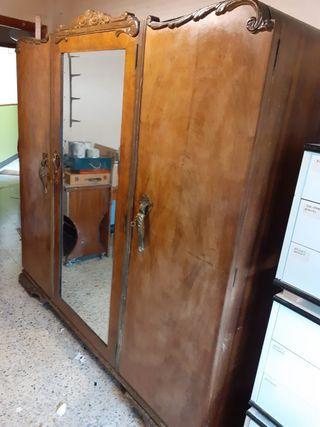 Mueble ropero antiguo de madera tallado.