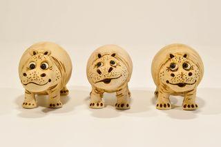 Figura de hipopótamo de cerámica hecha a mano