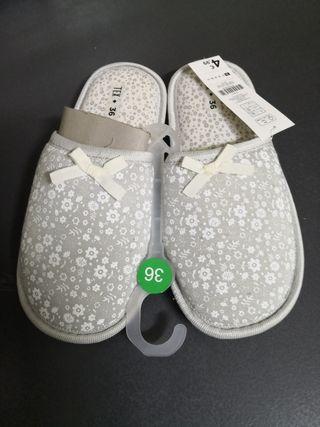 Zapatillas casa con etiqueta