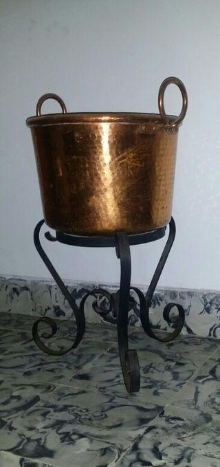 Olla de cobre con pie de hierro