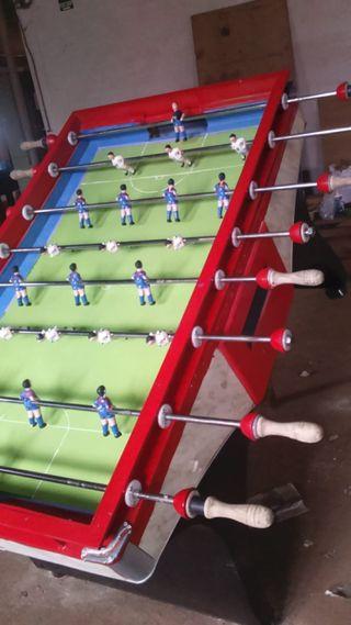 Futbolín recreativo con jugadores de hierro