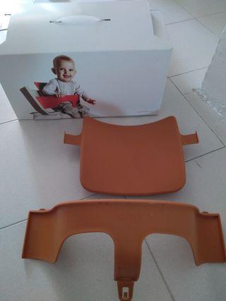 Accesorio para sujetar al bebé en trona stoke
