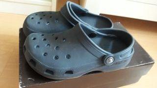 zuecos Crocs azul marino