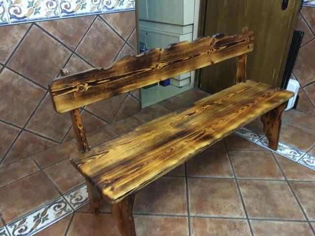 Mesa de madera, banquetas y banco.