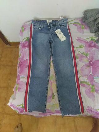 Pantalón vaquero Zara.