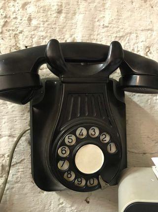 Teléfono de pared antiguo