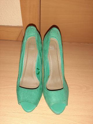 Zapatos tacón ante verde.