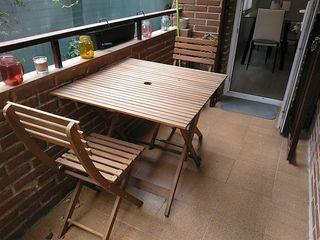 mesa y sillas de jardin
