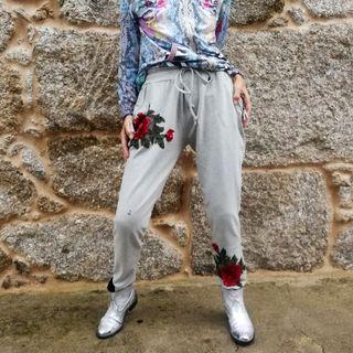 Pantalones y botas étnicas