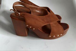 sandalia de tacón bajo