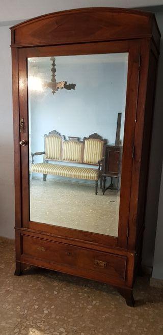armario con espejo antiguo