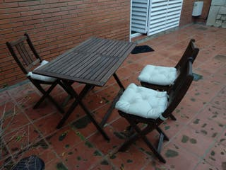 Mesa y 4 sillas de jardin madera con cojines