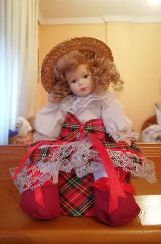 Muñeca de porcelana con caja
