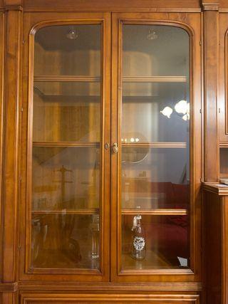 Mueble madera con vitrina