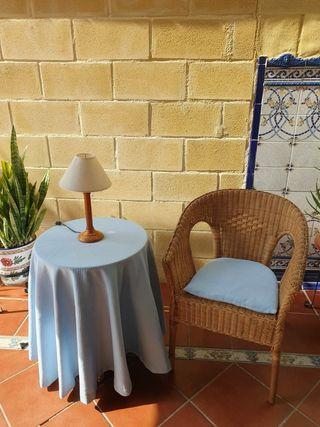 conjunto de mesa y silla de mimbre