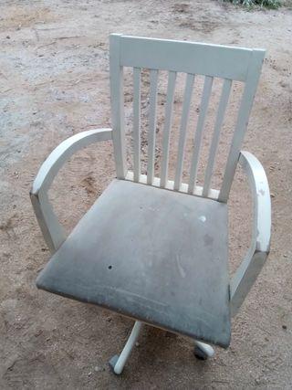 Antigua silla giratoria de madera
