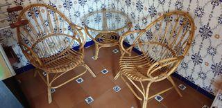 Sillas y mesa redonda de mimbre
