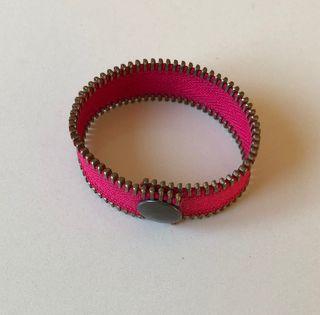 Bracelet couleur rose vif tissu et métal Neuf