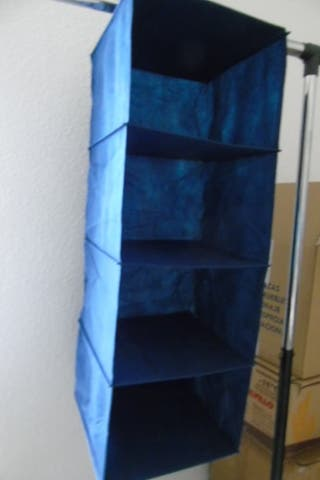 Organizador textil para barra de armario.