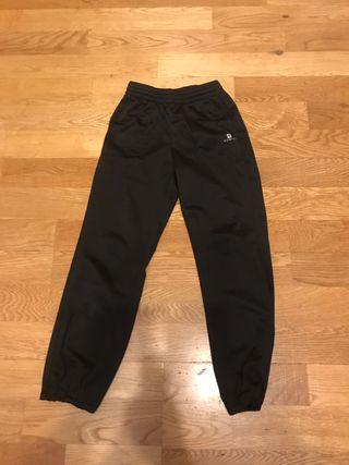 Pantalón chándal negro. Talla 6 años