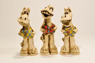 Figura de caballo hecha a mano de cerámica