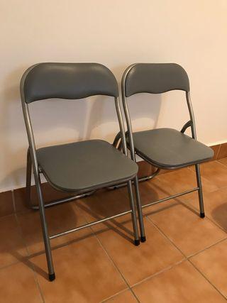 Dos sillas plegables grises