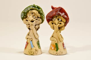 Figura de bruja artesanal de cerámica