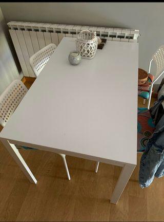 Mesa interior+ sillas + mueble TV+ mesita