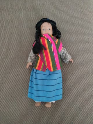 Muñeca coleccionable de porcelana BOLIVIA