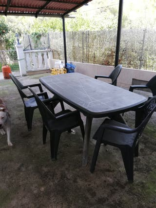 mesa grande con sillas