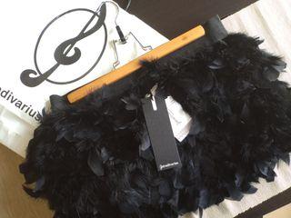 Falda negra de plumas
