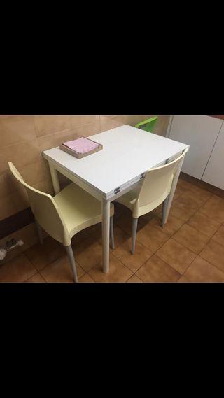 Mesa cocina más dos sillas