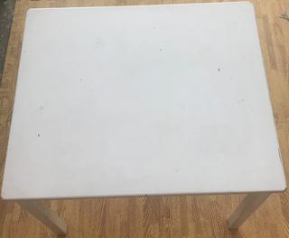 Mesa infantil blanca de madera con sillas a juego