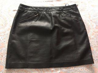 Falda piel negra