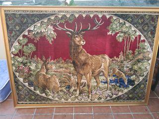 Antiguo tapiz con escena de ciervos